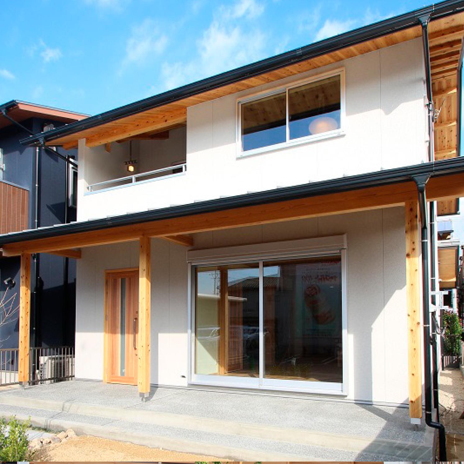 大黒柱のある白い和風の家