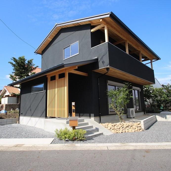 丸窓と欄間のある黒いお家